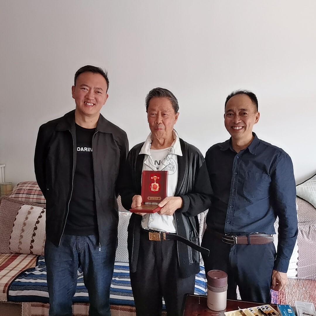 致敬创建新中国的老同志!